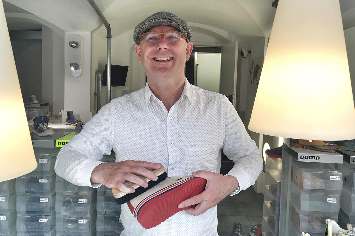 Gary bei der Schuhpflege